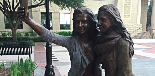selfie statue.png